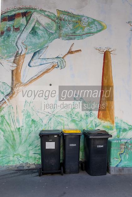 Europe/France/Haute-Normandie/Le Havre : Rue Frédéric Bellanger- Mur peint et poubelles  //  <br /> <br /> Europe / France / Upper-Normandy / Le Havre: Rue Frédéric Bellanger- Painted wall and trash cans