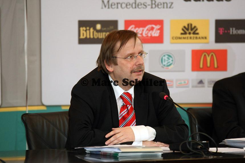 DFB-Vizepraesident Dr. Rainer Koch<br /> DFB-Pressekonferenz zum Thema Doping<br /> *** Local Caption *** Foto ist honorarpflichtig! zzgl. gesetzl. MwSt. Auf Anfrage in hoeherer Qualitaet/Aufloesung. Belegexemplar an: Marc Schueler, Am Ziegelfalltor 4, 64625 Bensheim, Tel. +49 (0) 151 11 65 49 88, www.gameday-mediaservices.de. Email: marc.schueler@gameday-mediaservices.de, Bankverbindung: Volksbank Bergstrasse, Kto.: 151297, BLZ: 50960101