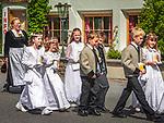 Oesterreich, Tirol, Zillertal Arena, Gerlos: Prozession durchs Dorf zur Feier der Erstkommunion | Austria, Tyrol, Zillertal Arena, Gerlos: First Communion procession