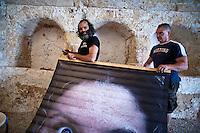 """Allestimento Mostra fotografica """"Propugliaphoto expression"""" - 31 luglio 2012. PROPUGLIAPHOTO, partner nell'iniziativa Coincidentia Oppositorum - sguardi sulle arti, dal 1 al 12 agosto 2012 a Specchia (LE) con due mostre fotografiche..L'agenzia fotografica ProPugliaPhoto, specializzata su cultura, tradizione, società e ambiente del territorio pugliese,è partner dell'iniziativa ?Coincidentia Oppositorum - sguardi sulle arti?, giunta alla seconda edizione, che si svolgerà nel Salento a Specchia  dal 1 al 12 agosto 2012 presso il Castello Risolo, con la Direzione Artistica di Deborah De Blasi ed il patrocinio, tra gli altri, della Regione Puglia..Nel calendario degli eventi ProPugliaPhoto presenta due mostre fotografiche: la personale di Kash Gabriele Torsello ?Dal Kashmir all'Afghanistan? e la collettiva PROPUGLIAPHOTO EXPRESSION con immagini di alcuni fotografi collaboratori di ProPugliaPhoto - Giorgio D'aria, Alessandro De Matteis, Laura Garofalo, Laura Greco, Massimo Leo, Dario Luceri,  Marco Minischetti, Sabino Napoletano, Paolo Padovani, Savino Porcelluzzi, Ida Santoro, Nicola Scaringi, Gabriele Spedicato, Antonella Valerio - e lo stesso Gabriele Torsello..PROPUGLIAPHOTO EXPRESSION, con 40 immagini di grande formato, è una mostra itinerante che prende l'avvio dal Salento per toccare successivamente altre località pugliesi, nazionali ed estere e concludersi, entro la fine dell'anno, con la stampa di un libro promosso dall'Ufficio Attività Culturali e Audiovisivi della Regione Puglia. In un intercalarsi  di volti e paesaggi,  la selezione degli scatti genera un racconto fotografico che ben rappresenta il territorio pugliese con una visione personale ed approfondita degli autori. Non solo una Puglia da cartolina quindi, ma una interpretazione soggettiva dei luoghi con l'obiettivo di rendere un invito a visitare, scoprire e ricercare la terra pugliese..ProPugliaPhoto, fondata da Kash Gabriele Torsello è costituita da fotografi professionisti e non."""