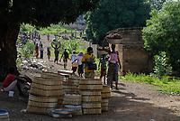 BURKINA Faso, Gaoua, women go to the market / BURKINA FASO, Gaoua, Frauen auf dem Markt