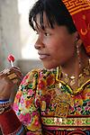 Indígenas guna / indígena kuna con chupachups en la comarca de Guna Yala, Panamá.<br /> <br /> Víctor Santamaría.