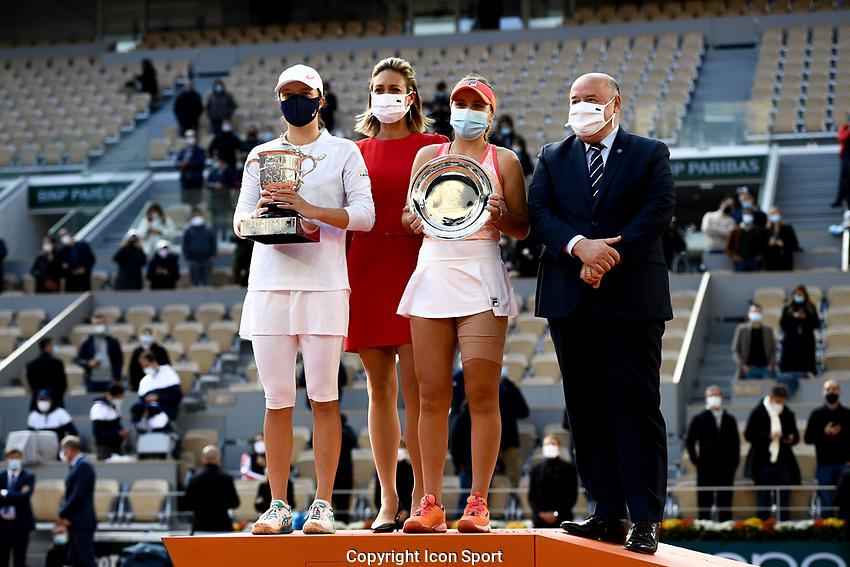 Iga SWIATEK of Poland, Marie PIERCE, Sofia KENIN and Bernard GUIDICELLI president of Tennis French Federation during the day fourteen women's final Roland Garros on October 10, 2020 in Paris, France. (Photo by Anthony Dibon/Icon Sport) - Roland Garros - Paris (France)