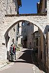 France, Provence-Alpes-Côte d'Azur, Saint-Paul-de-Vence: Street scene | Frankreich, Provence-Alpes-Côte d'Azur, Saint-Paul-de-Vence: Altstadtgasse