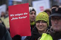 Hunderte Psychiater und Psychotherapeuten haben am Freitag den 27. November 2015 in Berlin gegen das pauschale Entgeltsystem in der Psychiatrie und Psychosomatik (PEPP) demonstriert. Sie befuerchten durch PEPP einen Personalabbau in den Kliniken – was auch aus Patientensicht verheerend sei.<br /> Krankenhaeuser sollen pro Patient und Diagnose eine fixe Summe von den Kassen erhalten und zwar oft unabhaengig davon, wie aufwendig die Behandlung im Einzelfall ist. Dies wird nach Aussage der Psychiater und Psychotherapeuten dazu fuehren, dass Patienten aus den Krankenhaeusern entlassen werden muessen, bevor die Behandlung abgeschlossen ist.<br /> Die Initiative der Proteste ging von Mitarbeitern der Charite und der Vivantes-Kliniken in Berlin aus. Unterstuetzt wurde die Demonstration von der Dienstleistungsgewerkschaft ver.di.<br /> 27.10.2015, Berlin<br /> Copyright: Christian-Ditsch.de<br /> [Inhaltsveraendernde Manipulation des Fotos nur nach ausdruecklicher Genehmigung des Fotografen. Vereinbarungen ueber Abtretung von Persoenlichkeitsrechten/Model Release der abgebildeten Person/Personen liegen nicht vor. NO MODEL RELEASE! Nur fuer Redaktionelle Zwecke. Don't publish without copyright Christian-Ditsch.de, Veroeffentlichung nur mit Fotografennennung, sowie gegen Honorar, MwSt. und Beleg. Konto: I N G - D i B a, IBAN DE58500105175400192269, BIC INGDDEFFXXX, Kontakt: post@christian-ditsch.de<br /> Bei der Bearbeitung der Dateiinformationen darf die Urheberkennzeichnung in den EXIF- und  IPTC-Daten nicht entfernt werden, diese sind in digitalen Medien nach §95c UrhG rechtlich geschuetzt. Der Urhebervermerk wird gemaess §13 UrhG verlangt.]