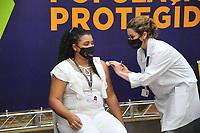 CURITIBA, PR, 18.01.2021 VACINACAO COVID 19- -VACINACAO COVID 19 EM CURITIBA - A Primeira pessoa em Curitiba foi vacina ( Lucimar de Oliveira), no hospital do trabalhador, nessa segunda ( 18)