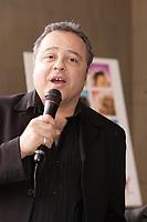 Manuel Tadros qui dirigera<br /> Les interprètes québécois qui prêteront leur voix pour<br /> > la version francaise des chansons du film HAIRSPRAY Réalisé par Adam Shankman, le film met<br /> > en vedette John Travolta, Amanda Bynes, Christopher Walken,<br /> > Michelle Pfeiffer, Queen Latifah et Nikki Blondsky. Distribué au<br /> > Québec par Alliance Atlantis Vivafilm, « HAIRSPRAY » prendra<br /> > l'affiche en versions francaise et anglaise le 20 juillet prochain.<br /> <br /> <br /> <br /> HAIRSPRAY » est une adaptation de la comédie musicale du même nom<br /> > lancée en 2002 à Broadway, elle-même adaptée du film de John Waters<br /> > sorti en 1988.<br /> <br /> photo : Pierre Roussel (c)  Images Distribution