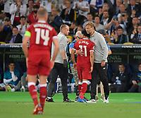 26.05.2018,  Football UEFA Champions League Finale 2018, Real Madrid - FC Liverpool, Olympiastadium Kiew (Ukraine). Mohamed Salah (mi., FC Liverpool) muss verletzt vom Platz and wird of  Trainer Juergen Klopp (, FC Liverpool) getroestet *** Local Caption *** © pixathlon<br /> <br /> Contact: +49-40-22 63 02 60 , info@pixathlon.de