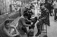 - Turchia, Erzurum (Kurdistan Turco), lustrascarpe e militare belga in zona per una esercitazione NATO (1987)<br /> <br /> - Turkey, Erzurum (Turkish Kurdistan), shoeshine and Belgian military in the area for a NATO exercise (1987)