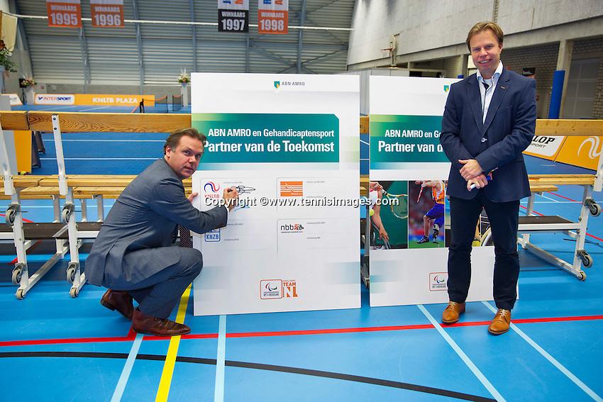 December 18, 2014, Rotterdam, Topsport Centrum, Lotto NK Tennis, ABNAMRO en KNLTB overeenkomst Ernst Broekhorst en Erik Poel (R) KNLTB<br /> Photo: Tennisimages/Henk Koster