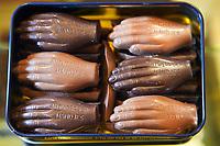 """Belgien, Antwerpen, Chocolatier """"Burie"""", lokale Schokoladendelikatesse """"Antwerpse Handje"""", <br /> <br /> Belgium, Antwerp, Chocolatier """"Burie"""", local chocolate creation """"Antwerpse Handje"""","""