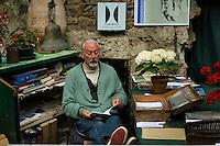 France, Manche (50), Saint-Germain-des-Vaux, Jardin en Hommage à Jacques Prévert, Gérard Fusberti dans sa véranda-cabane d'accueil