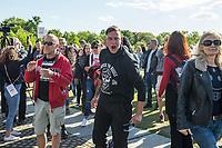 """Mehrere hundert Menschen versammelten sich nach einem anonymen Aufruf im Internet auf der Wiese vor dem Reichstagsgebaeude (Platz der Republik) um gegen die Einschraenkungen des oeffentlichen Lebens zur Eindaemmung der Covid-19-Pandemie zu protestieren. Unter ihnen viele Hooligans (im Bild), Rechtsextreme, Anhaenger von Verschwoerungstheorien und Esoteriker. Sie riefen in Sprechchoeren """"Wir sind das Volk"""", """"Freiheit, Freiheit"""".<br /> Die Polizei versuchte, zunaechst erfolglos, die Menschen zum verlassen des Platzes zu bewegen. Ein Kamerateam der ARD wurde von einem Hooligan angegriffen. Dieser und andere aggressive Personen wurden festgenommen. Nach ca. 1 1/2 Stunden raeumte die Polizei den Platz.<br /> 6.5.2020, Berlin<br /> Copyright: Christian-Ditsch.de<br /> [NUR FUER REDAKTIONELLE ZWECKE! Werbung nur auf Anfrage beim Fotografen. Inhaltsveraendernde Manipulation des Fotos nur nach ausdruecklicher Genehmigung des Fotografen. Vereinbarungen ueber Abtretung von Persoenlichkeitsrechten/Model Release der abgebildeten Person/Personen liegen nicht vor. NO MODEL RELEASE! Don't publish without copyright Christian-Ditsch.de, Veroeffentlichung nur mit Fotografennennung, sowie gegen Honorar, MwSt. und Beleg. Konto: I N G - D i B a, IBAN DE58500105175400192269, BIC INGDDEFFXXX, Kontakt: post@christian-ditsch.de<br /> Bei der Bearbeitung der Dateiinformationen darf die Urheberkennzeichnung in den EXIF- und  IPTC-Daten nicht entfernt werden, diese sind in digitalen Medien nach §95c UrhG rechtlich geschuetzt. Der Urhebervermerk wird gemaess §13 UrhG verlangt.]"""