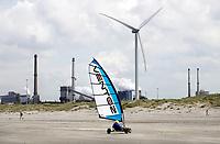 Nederland -  Velsen - 2019.    Blokarten op het strand.  Tata Steel op de achtergrond.  Foto Berlinda van Dam / Hollandse Hoogte