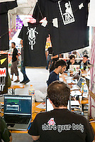 "Rho (Milano), Hackmeeting. Raduno annuale di hackers al centro sociale ""La Fornace"" --- Rho (Milan), Hackmeeting. Annual meeting of hackers at ""La Fornace"" social centre"