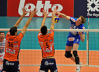 Knack Roeselare - ACH Volley Ljubljana : Sam Deroo geraakt niet verder dan het blok van Vidic en Sket.foto VDB / BART VANDENBROUCKE