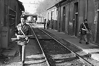 - Milano, controlli di polizia nella stazione delle Ferrovie Nord dopo una rapina in banca in piazza Cadorna (1976)....- Milan, police controls at North Railroads station after a bank holdup in Cadorna square (1976)