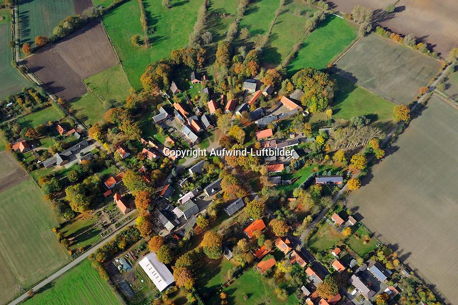 Rundling Satemin: EUROPA, DEUTSCHLAND,  NIEDERSACHSEN (EUROPE, GERMANY), 29.07.2012: Das Dorf Satemin, ein Rundling,  liegt westlich Luechow im Wendland. .Der Rundling, auch als Runddorf, Rundlingsdorf, Rundplatzdorf bezeichnet, ist eine im Mittelalter entstandene Siedlungsform mit kreis- oder hufeisenfoermigen Anordnung der Gehoefte um einen Platz, der  nur durch eine einzige Stichstraße erreichbar war..Der Verbreitungsraum des Rundlings erstreckt sich streifenfoermig zwischen der Ostsee und dem Erzgebirge in der Kontaktzone zwischen Deutschen und Slawen waehrend des Mittelalters. Gut erhalten haben sich Rundlingsdoerfer im hannoverschen Wendland.