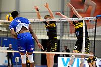 24-04-2021: Volleybal: Amysoft Lycurgus v Draisma Dynamo: Groningen /l3 slaat de bal in het blok