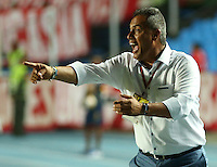 CALI - COLOMBIA-04-07-2016: Hernan Torres técnico de América de Cali gesticula durante el encuento con Atlético FC por la fecha 1 de vuelta del Torneo Aguila 2016 jugado en el estadio Pacual Guerrero de la ciudad de Cali./ Hernan Torres coach of America de Cali gestures during match against Atletico FC for the second leg date 1 of Aguila Tournament 2016  played at Pascual Guerrero stadium in Cali city. Photo: VizzorImage/ Juan C Quintero / Cont