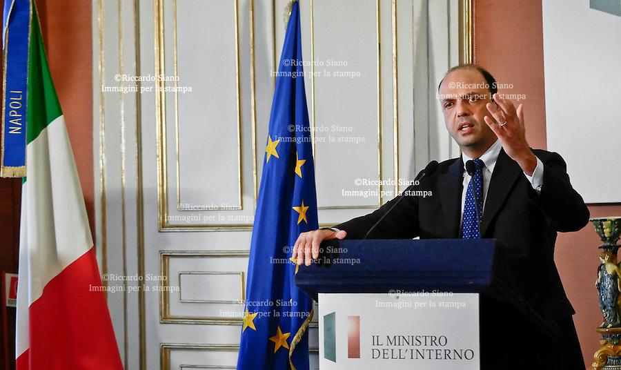 - NAPOLI 31 MAR  2014 -  il ministro dell'Interno, Angelino Alfano,  durante il  vertice svoltosi in Prefettura.