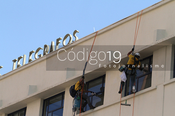 Campinas (SP), 05/08/2020 - Correios-SP - Homens limpam janelas do prédio do Correios na avenida Francisco Glicério em Campinas, interior de São Paulo, na tarde desta quarta-feira (05).
