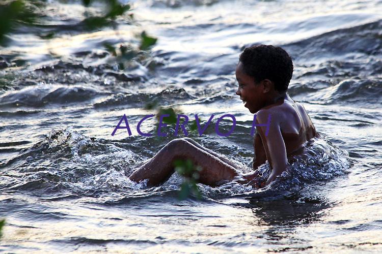 Criança brinca nas cachoeiras do rio Erepecuru. <br /> <br /> Região ocupada hoje por comunidades quilombolas, descendentes de escravos, que se refugiavam nas cachoeiras do rio Erepecuru<br /> <br /> Child plays in the waterfalls of the river Erepecuru.<br /> <br /> Region occupied today by quilombola communities, descendants of slaves, that took refuge in the waterfalls of the river Erepecuru<br /> <br /> ©Paulo Santos