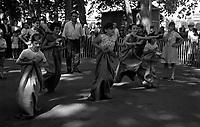 Toulouse. Le 14 Juillet 1965. Vue d'une course aux sacs avec des enfants lors du défilé du 14 juillet.