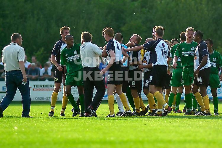FC Groningen - Veendam voorbereiding seizoen 2003-2004 trainers sussen tumult op veld