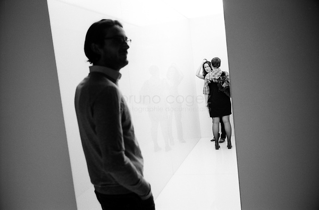 FRANCE, Paris, Le Laboratoire, Septembre 2008.Le Laboratoire présente pour la première fois en Europe, une exposition personnelle de l'artiste japonais Ryoji Ikeda, figure de la scène électronique sonore et visuelle. De ses échanges avec le mathématicien américain Benedict Gross, l'artiste inaugure une oeuvre où la définition du sublime s'accorde à l'immatérialité de l'infini. Couloir de lumière blanche symbolisant la perfection..FRANCE, Paris, Le Laboratoire, September 2011..Le Laboratoire presents, for the first time in Europe, a personal exhibition of the Japanese artist Ryoji Ikeda, a major figure of the sound and visual electronic scene. From his correspondence with the American mathematician Benedict Gross, he has conceived a work where the definition of the sublime blends with the immateriality of infinity. Corridor of white light symbolizing perfection..© Bruno Cogez