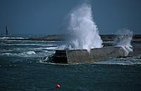 Europe/France/Bretagne/29/Finistère/Ile de Sein: Vagues se fracassant sur la jetée sur la côte Sauvage