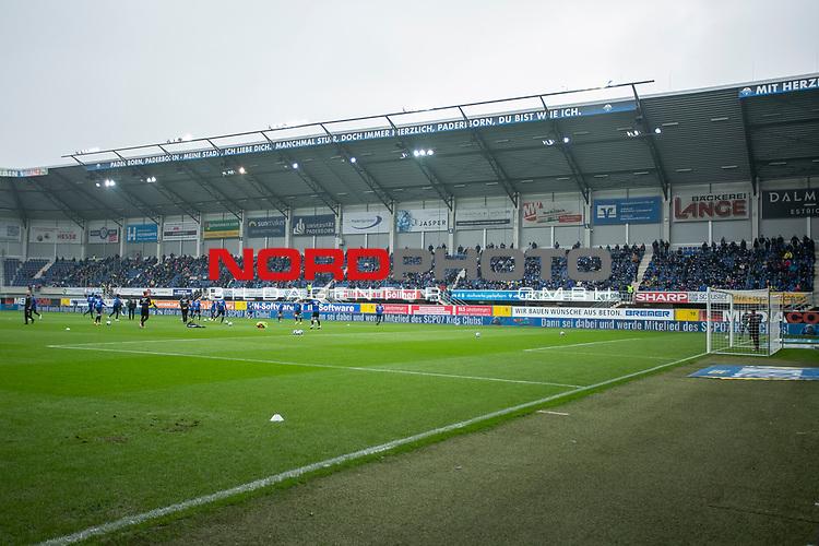 18.10.2020, Benteler-Arena, Paderborn, GER, 2.FBL, SC Paderborn vs Hannover 96, im Bild Fans / Zuschauer im Stadion / Tribuene begruessen die Mannschaft des SC Paderborn, <br /><br /><br />Foto © nordphoto / Rauch<br /><br />Gemäß den Vorgaben der DFL Deutsche Fußball Liga bzw. des DFB Deutscher Fußball-Bund ist es untersagt, in dem Stadion und/oder vom Spiel angefertigte Fotoaufnahmen in Form von Sequenzbildern und/oder videoähnlichen Fotostrecken zu verwerten bzw. verwerten zu lassen.