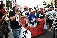 SÃO PAULO, SP - 04.09.2013: MANIFESTAÇÃO PONTE ATILIO FONTANA SP - Manifestantes chegam a porta da SIMENS, a manifestação teve início na Marginal Tiete na altura da ponte Atilio Fontana em São Paulo.(Foto: Marcelo Brammer/Brazil Photo Press)