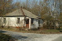 - 20 years from the nuclear incident of Chernobyl, abandoned houses inside the  limited access contaminated area of 30 kilometers around the place of catastrophe ....- 20 anni dall'incidente nucleare di Chernobyl, case abbandonate all'interno della zona contaminata ad accesso limitato di 30 chilometri intorno al luogo della catastrofe