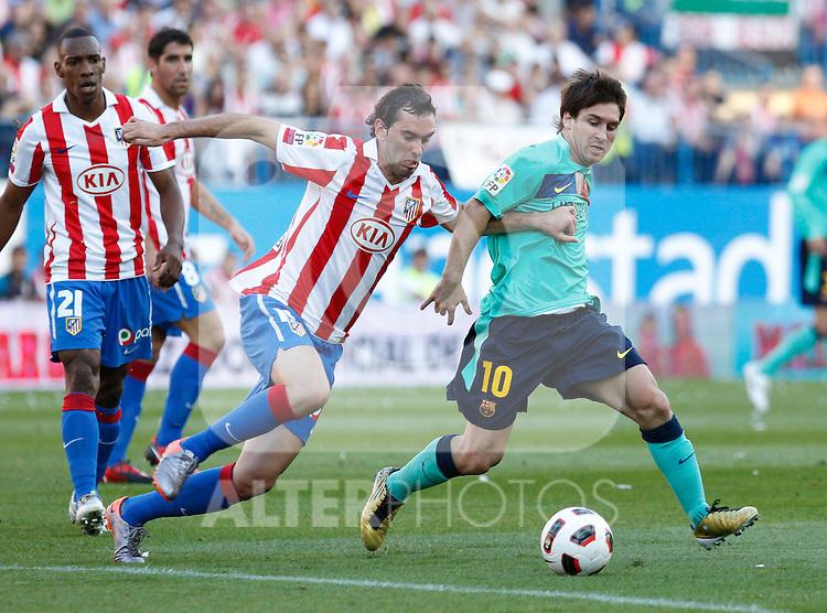 Atletico de Madrid's Diego Godin against Barcelona's Lionel Messi during La Liga match. September 19, 2010. (ALFAQUI/CID-FUENTES)