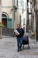 Europe/France/Provence-Alpes-Côtes d'Azur/06/Alpes-Maritimes/Alpes-Maritimes/Arrière Pays Niçois/La Brigue: Quinquin le facteur ch'ti de la commune lors de sa tournée de distribution du courrier