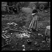 Chez les gens du voyage (1962) -  Campement gitan dans un<br /> Terrain vague situé au niveau du jardin Pierre-Rous, rue de Périole. 1er janvier 1962