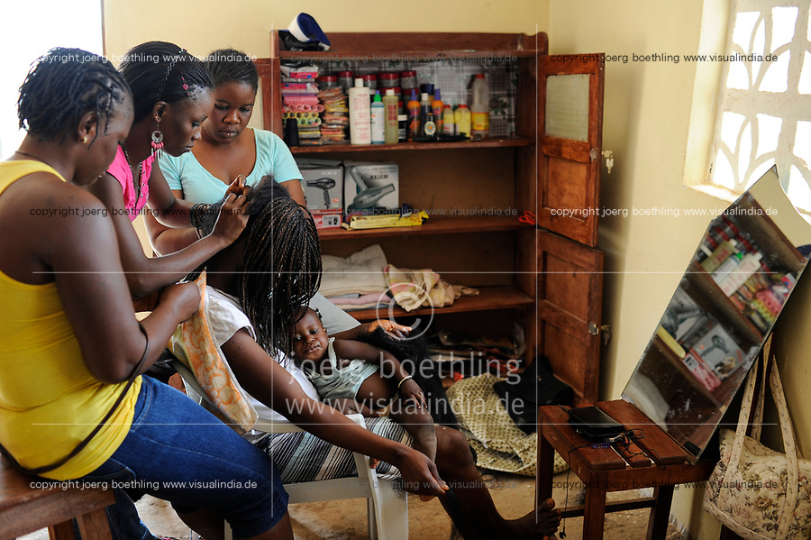 SIERRA LEONE Freetown , Kamayama Youth Empowerment Centre in Mende, beautician training for young women /Frisoer Ausbildung fuer junge Frauen, Haarverlaengerung mit Kunsthaar