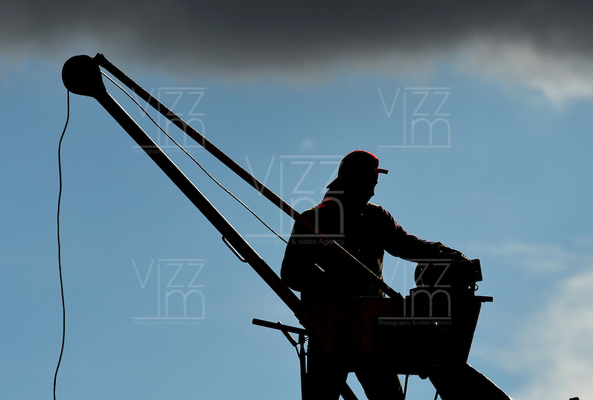 BOGOTA -  COLOMBIA - 27 - 09 - 2016: Hombres trabajando en la construcci—n de un edificio en Bogota. / Men working on the construction of a building in Bogota. / Photo: VizzorImage  / Luis Ramirez / Staff.
