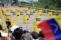 CÚCUTA - COLOMBIA, 23-02-2019: Partidarios de la oposición durante el intento de ingreso de ayuda humanitaria a Venezuela, en el Puente Francisco de Paula Santander, en la frontera Colombo Venezolana, en la ciudad de Cúcuta. El gobierno de Nicolás Maduro ha cerrado todos los puntos de la frontera con Colombia. / Supporters of the opposition during the attempt to admit humanitarian aid to Venezuela, in the Francisco de Paula Santander bridge on the border Colombo Venezolana, in the city of Cucuta. The government of Nicolas Maduro has closed all the points of the border with Colombia. / Photo: VizzorImage / Manuel Hernández / Cont.