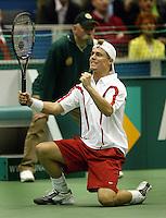 20040222, Rotterdam, ABNAMRO WTT, Hewitt gaat op zijn knieen nadat hij Ferrero in de finale heeft verslagen