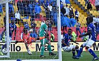 BOGOTÁ-COLOMBIA, 17–08-2019: Wuilker Fariñez de Millonarios no logra detener el cabezazo de John Edison García de La Equidad, al anotar gol de su equipo, durante partido entre Millonarios y La Equidad de la fecha 6 por la Liga Águila II 2019  jugado en el estadio Nemesio Camacho El Campín de la ciudad de Bogotá. / Wuilker Fariñez of Millonarios, fails to stop the head to John Edison Garcia of La Equidad, the goal of his team, during a match between Millonarios and La Equidad of the 6th date for the Aguila Leguaje II 2019 played at the Nemesio Camacho El Campin Stadium in Bogota city, Photo: VizzorImage / Luis Ramírez / Staff.