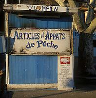Europe/France/Provence-Alpes-Côte d'Azur/13/Bouches-du-Rhône/Marseille : Cabanon vente articles de pêche au port de l'Estaque