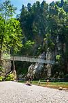 Oesterreich, Tirol, im Kaiserwinkl, bei Koessen: die Entenlochklammhaengebrueke fuehrt über die Grossache (auf deutscher Seite Tiroler Achen genannt). Nahe der Grenze zu Bayern (Chiemgau) durchbricht der Fluss die Chiemgauer Alpen, hier fuehrt auch ein alter Schmugglerpfad nach Schleching | Austria, Tyrol, region Kaiserwinkl, near Koessen: Entenlochklamm suspension bridge leading across river Grossache (in Bavaria called Tyrolean Achen). Close to the Bavarian border (Chiemgau) the river breaks through the Chiemgau Alps, an old secret smuggler's path leads to Schleching in Bavaria
