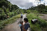 21 noviembre 2014.   <br /> La llegada de algunas compañías extranjeras a América Latina ha provocado abusos a los derechos de las poblaciones indígenas y represión a su defensa del medio ambiente. En Santa Cruz de Barillas, Guatemala, el proyecto de la hidroeléctrica española Ecoener ha desatado crímenes, violentos disturbios, la declaración del estado de sitio por parte del ejército y la encarcelación de una decena de activistas contrarios a los planes de la empresa. Un grupo de indígenas mayas, en su mayoría mujeres, mantiene cortado un camino y ha instalado un campamento de resistencia para que las máquinas de la empresa no puedan entrar a trabajar. La persecución ha provocado además que algunos ecologistas, con órdenes de busca y captura, hayan tenido que esconderse durante meses en la selva guatemalteca.<br /> <br /> En Cobán, también en Guatemala, la hidroeléctrica Renace se ha instalado con amenazas a la población y falsas promesas de desarrollo para la zona. Como en Santa Cruz de Barillas, el proyecto ha dividido y provocado enfrentamientos entre la población. La empresa ha cortado el acceso al río para miles de personas y no ha respetado la estrecha relación de los indígenas mayas con la naturaleza. © Calamar2/Pedro ARMESTRE<br /> <br /> The arrival of some foreign companies to Latin America has provoked abuses of the rights of indigenous peoples and repression of their defense of the environment. In Santa Cruz de Barillas, Guatemala, the project of the Spanish hydroelectric Ecoener has caused murders, violent riots, the declaration of a state of siege by the army and the imprisonment of a dozen activists opposed to the project . <br /> A group of Mayan Indians, mostly women, has cut a path and has installed a resistance camp to prevent the enter of the company's machines. The prosecution has also provoked that some ecologists, with orders for their arrest, have been hidden for months in the Guatemalan jungle.<br /> <br /> In Coban, also in Guatemala, the 