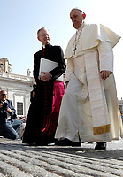 Papa Francesco arriva all'udienza generale del mercoledi' in Piazza San Pietro, Citta' del Vaticano, 30 agosto, 2017.<br /> Pope Francis arrives to lead his weekly general audience in St. Peter's Square at the Vatican on August 30, 2017.<br /> UPDATE IMAGES PRESS/Isabella Bonotto<br /> <br /> STRICTLY ONLY FOR EDITORIAL USE