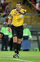 BOGOTA- COLOMBIA - 11-02-2014: Rafael Delfino, arbitro argentino durante partido entre Independiente Santa Fe y Nacional de la segunda fase, grupo 4, de la Copa Bridgestone Libertadores en el estadio Nemesio Camacho El Campin, de la ciudad de Bogota. / Rafael Delfino, Argentina´s referee, during a match between Independiente Santa Fe and Nacional for the second phase, group 4, of the Copa Bridgestone Libertadores in the Nemesio Camacho El Campin in Bogota city. Photo: VizzorImage / Luis Ramirez / Staff.