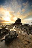 Le Rocher à la Voile à marée basse entre la baie de l'Anse-Vata et la baie des Citrons, Nouméa, Nouvelle-Calédonie