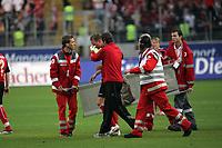 Christoph Preuß (Eintracht Frankfurt) hat einen Nasenbeinbruch und wird vom Feld geholt