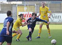 Waasland Beveren Sinaai Girls - Famkes Merkem : .Kwartfinale beker van België 2011-2012 : Steffi De Pelsmaecker in duel met Daphne Vandeputte..foto DAVID CATRY / JOKE VUYLSTEKE / Vrouwenteam.be